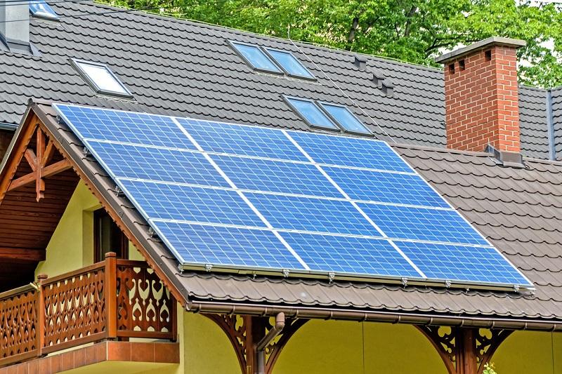 Sončni paneli na strehi družinske hiše